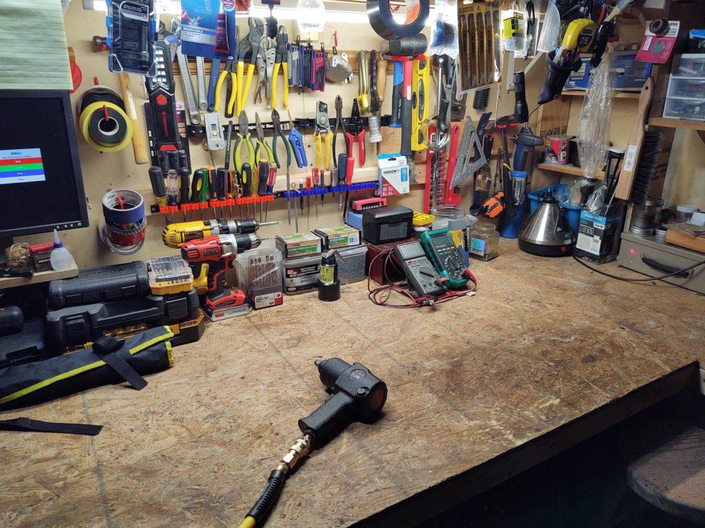 Разложил инструменты на верстаке очень компактно!