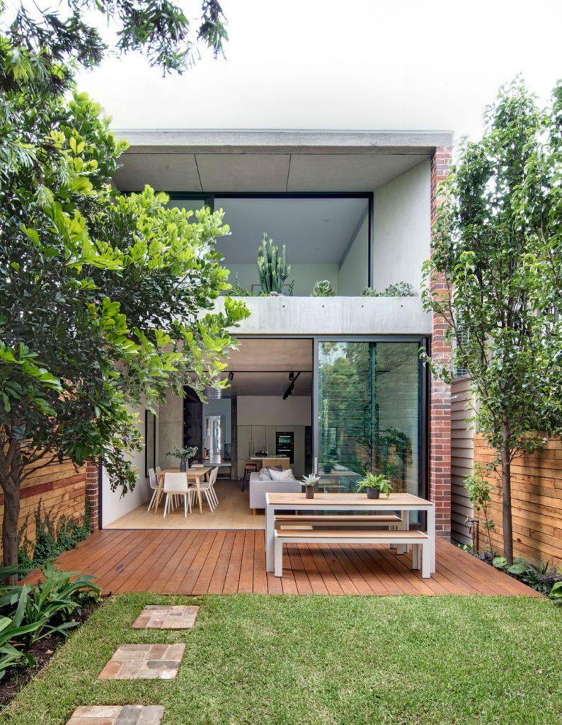 Кухня и столовая с выходом в сад на заднем дворе, Балмейн, пригород Сиднея, Австралия