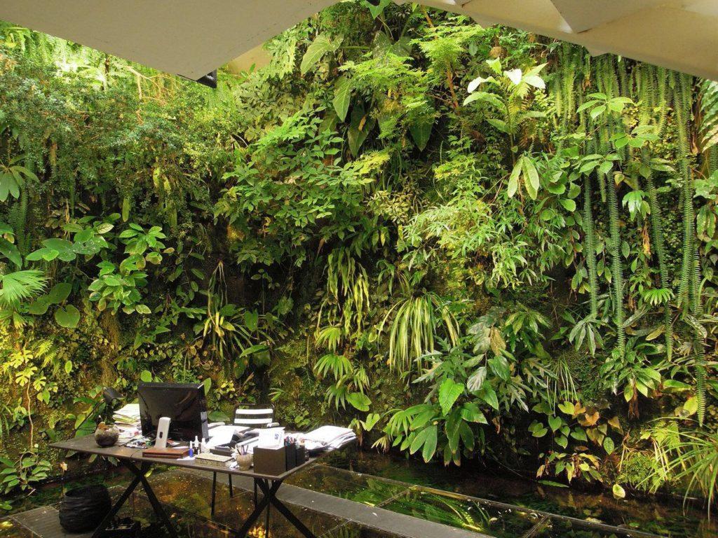 Рабочее место стол и компьютер рядом со склоном зелени