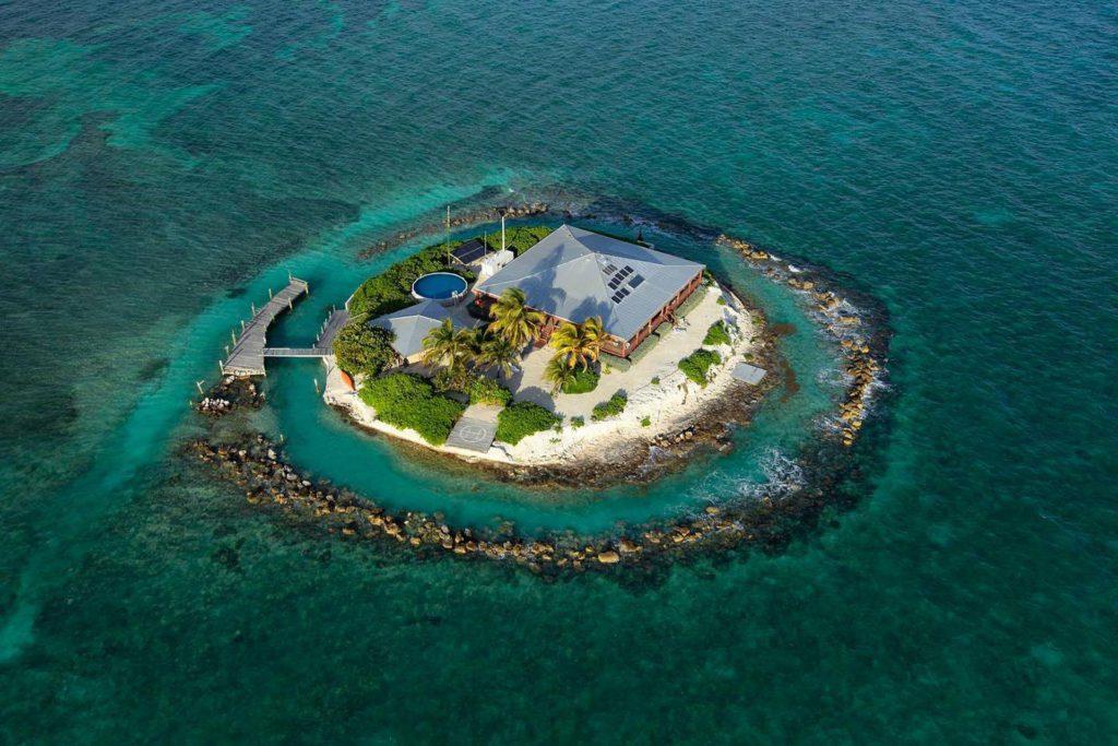 Домик посреди океана на острове