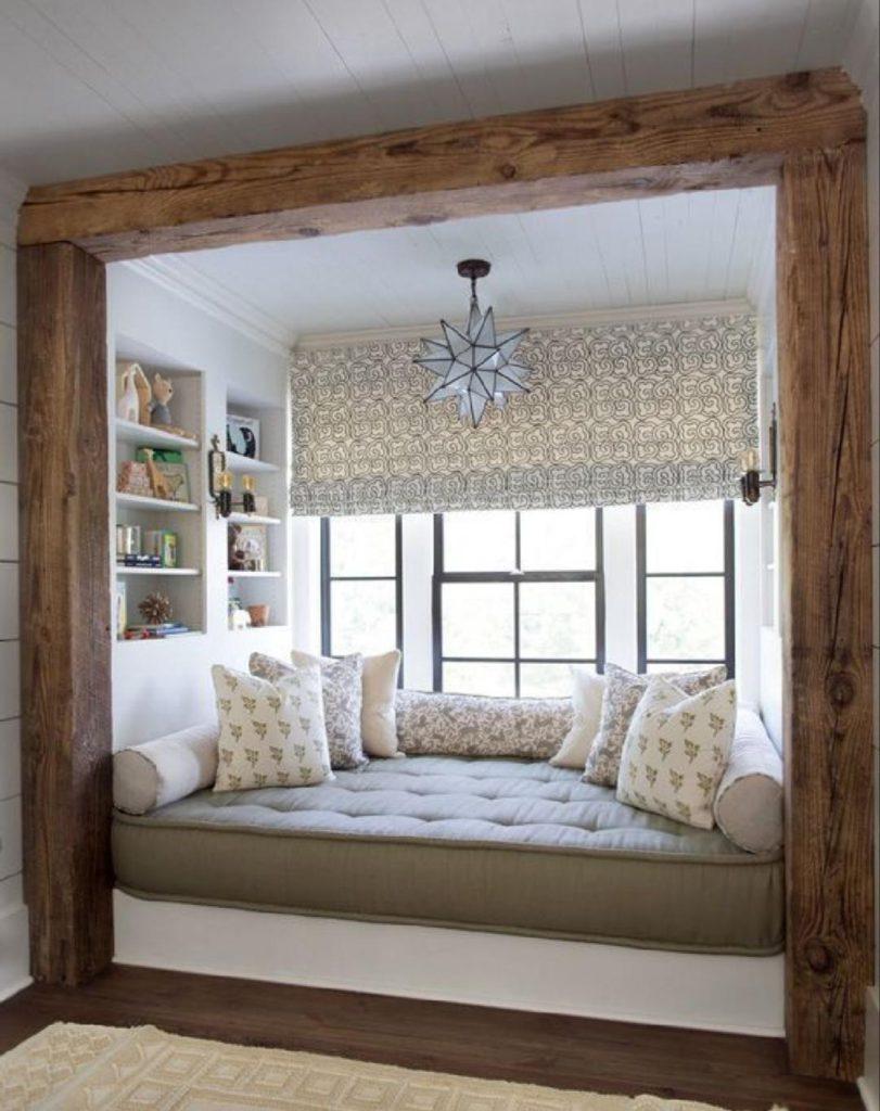 Уютный мягкий уголок для отдыха у окна