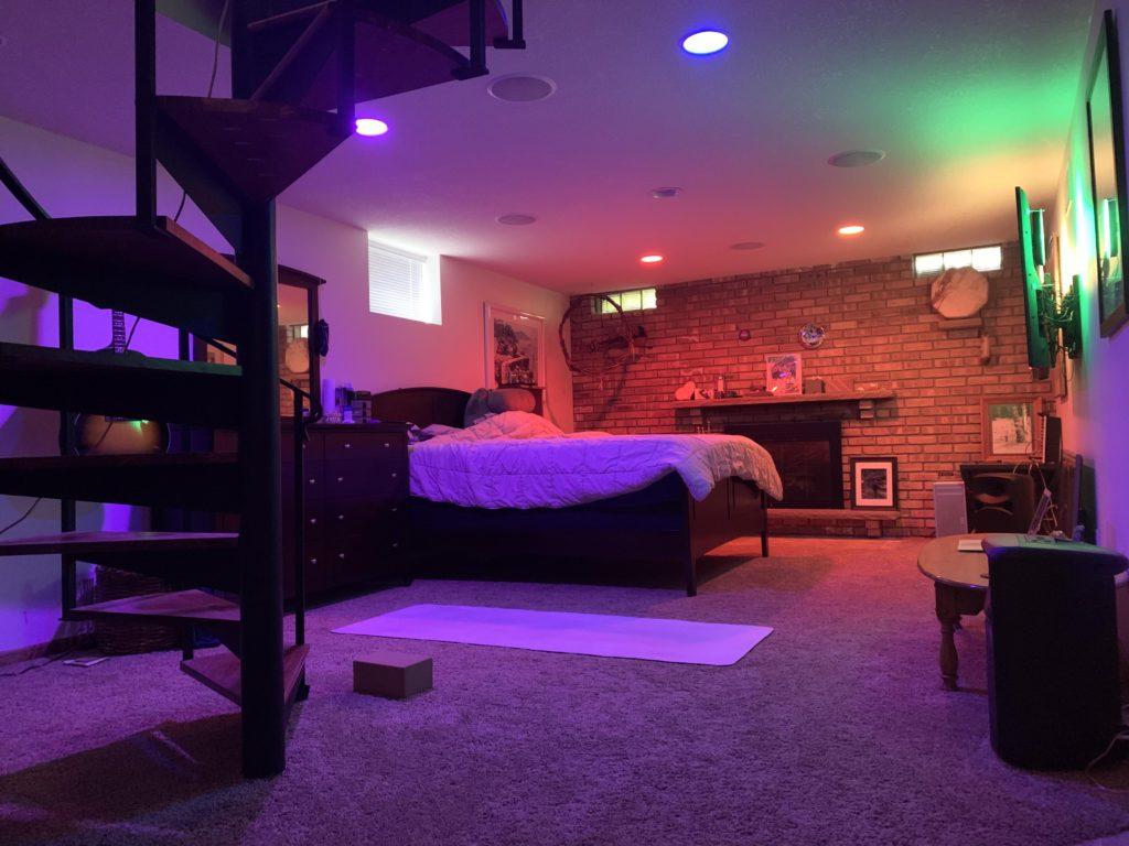 Комната в стиле интересном стиле - кирпич и неон