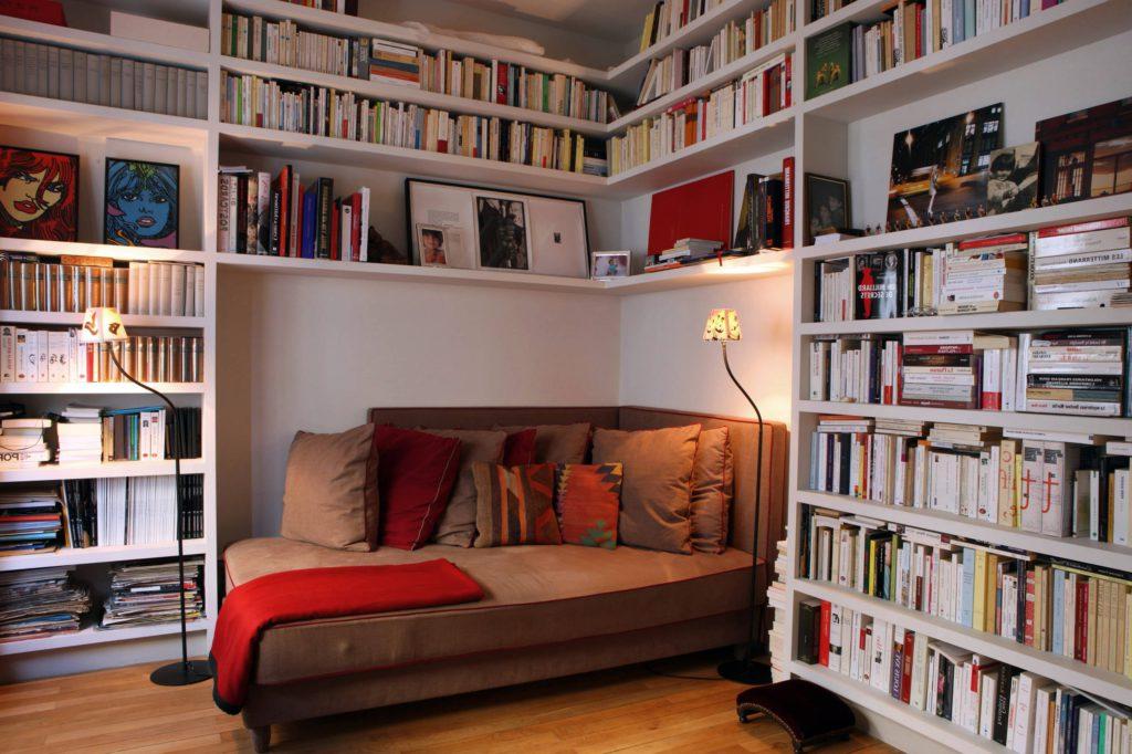 Большая комната для чтения с большим диваном