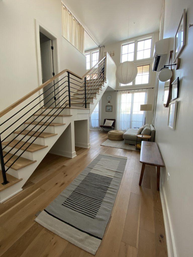 Комната с лестницей в белом варианте