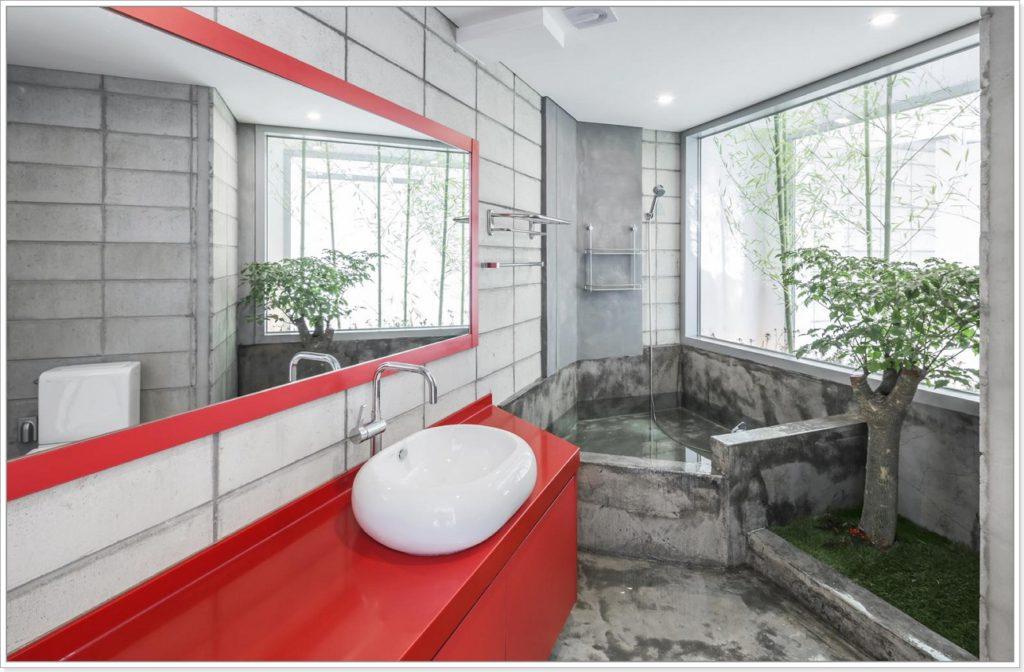 Современная ванная комната с зеленым уголком