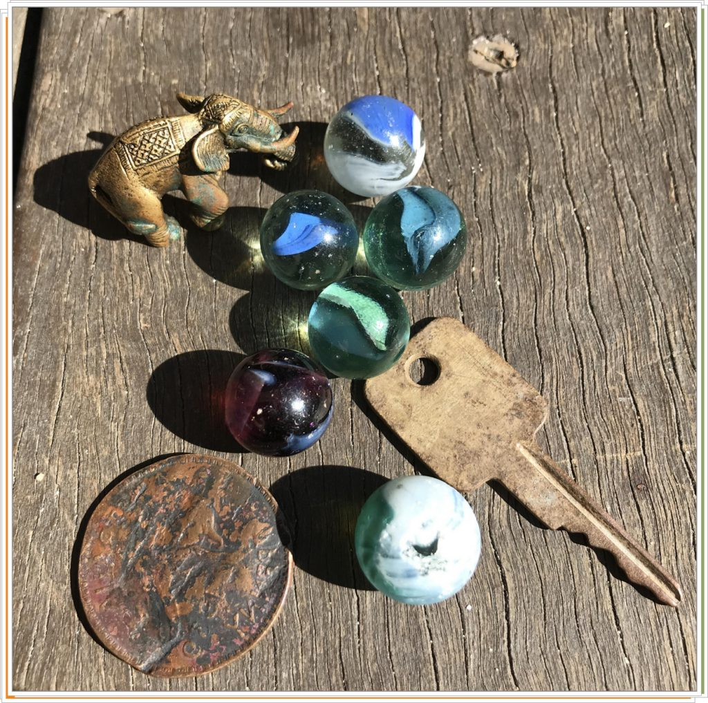 Монетки и шарики найденные в земле
