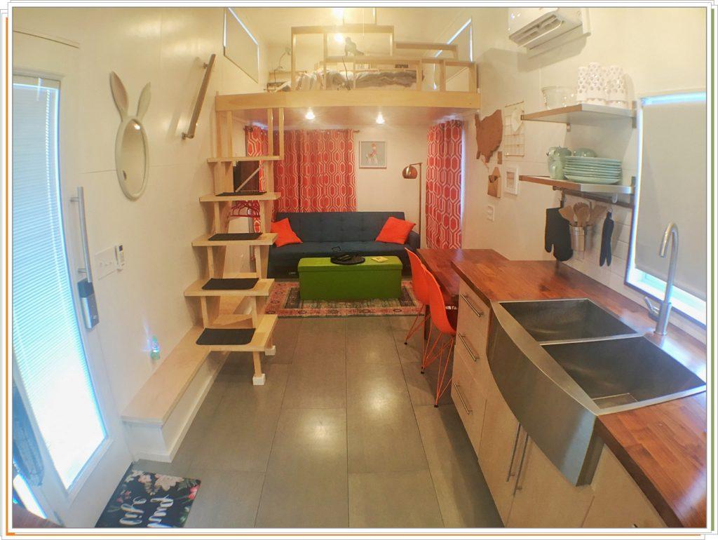Кухня и кровать под потолком